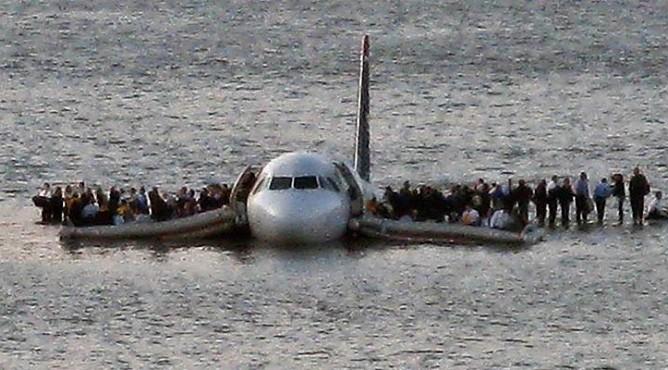 Посадка самолета на воды реки Гудзон в Нью-Йорке
